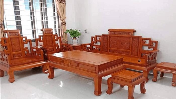 Bàn ghế gỗ giúp cho không gian phòng khách thêm sang trọng