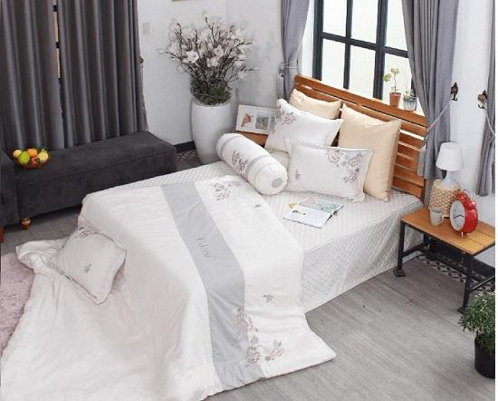 Nên sử dụng rèm che để hóa giải việc kê giường hướng ra cửa sổ