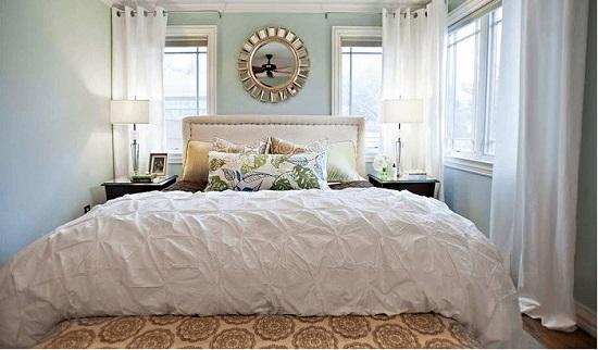 kê đầu giường hướng ra cửa sổ