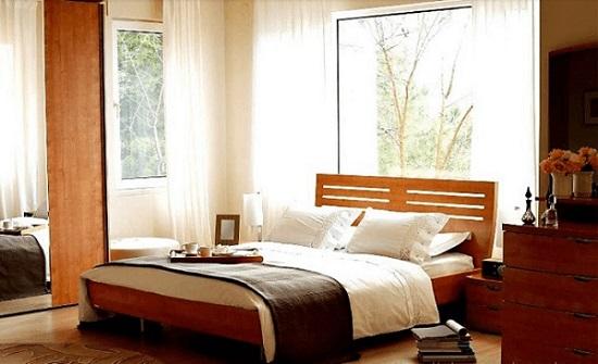 giường ngủ hướng ra ngoài cửa sổ