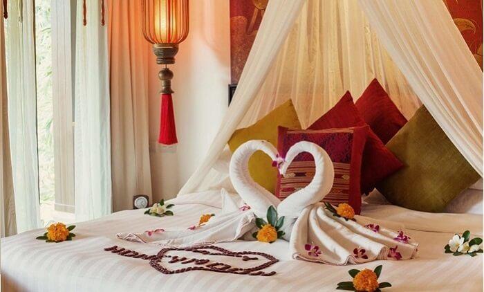 Trang trí giường ngủ phòng cưới bằng màn khung
