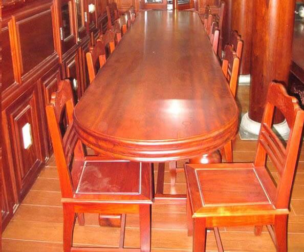 Bàn ghế làm từ gỗ đinh hương
