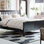 Giường gỗ 1m2 mang lại điểm nhấn cực kỳ cá tính trong căn phòng