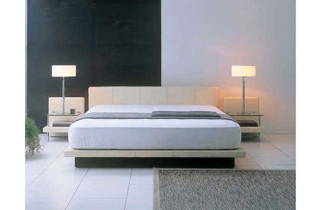 Giường kiểu Nhật có kích thước lớn được kết hợp với tông màu trắng ngà