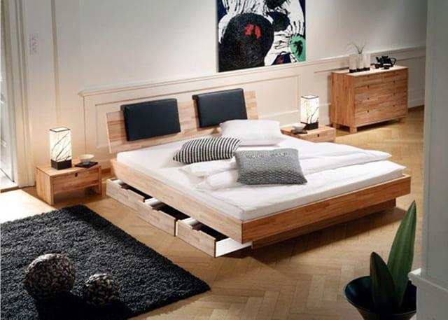 Mẫu giường này được thiết kế khá thông minh với hai ngăn kéo được gắn liền với thân giường. Diện tích 2 ngăn kéo này khá lớn, người sử dụng có thể dùng để đặt chăn mền hoặc quần áo. Đây là một thiết kế khá tiện dụng cho những cặp vợ chồng trẻ.