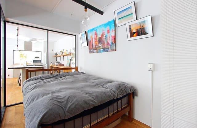 Không gian phòng ngủ cổ điển với giường gỗ kiểu Nhật