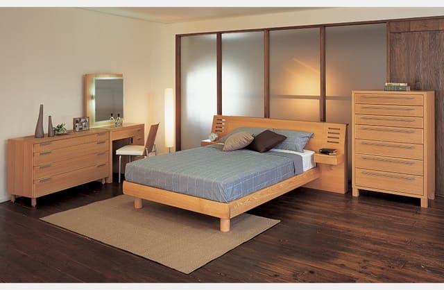 Sự kết hợp của giường gỗ kiểu Nhật với phòng ngủ tường và sàn gỗ tạo nên một không gian ấm áp