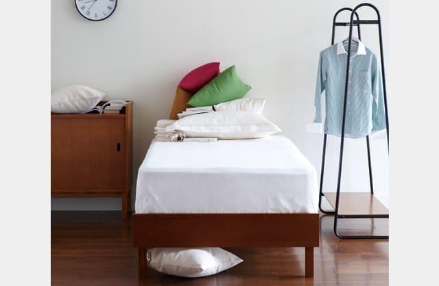 Sự kết hợp giữa giường đơn kiểu Nhật và một chiếc tủ gỗ cổ điển tạo nên căn phòng ngủ trang nghiêm và không khí yên tính