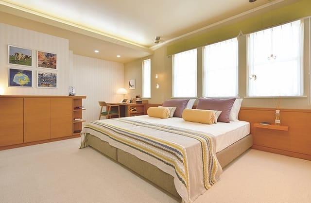 Sự kết hợp giữa giường kiểu Nhật và phòng ngủ tông màu sáng