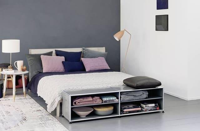 giường kiểu nhật trong căn phòng ngủ có tông màu xám nhạt