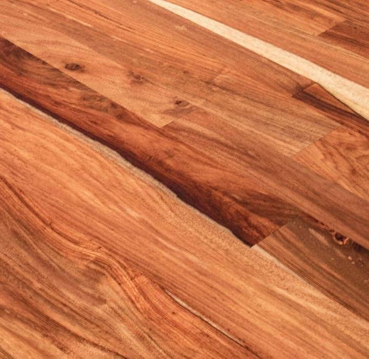 Màu sắc và vân tự nhiên của gỗ lim