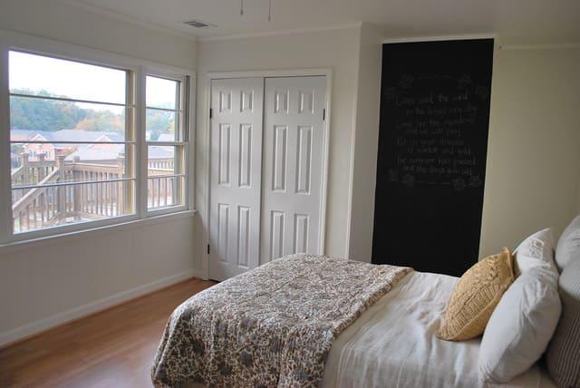 kê giường đối diện với cửa sổ