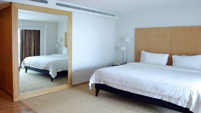 Không đặt giường đối diện với gương soi