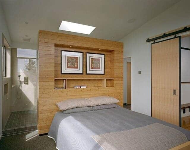Không nên kê giường ngủ dựa vào tường nhà vệ sinh